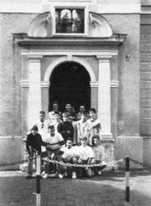 Schüler vor der ehem. Berufsschule am Marienplatz
